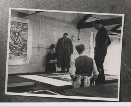 Lída, Henry Moore, Zika a tiskař prohlížejí panel Ležící postava, 1948