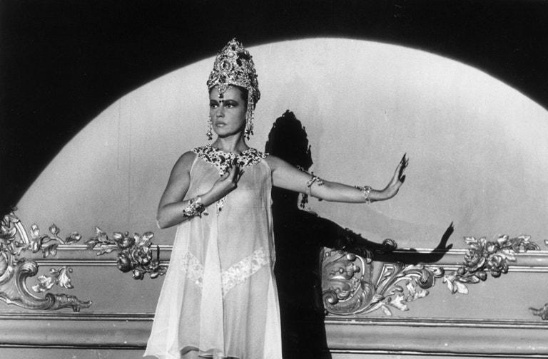 Jeanne Moreau ve filmu Mata Hari, Agent H21 v kostýmu od Cardina, září 1964