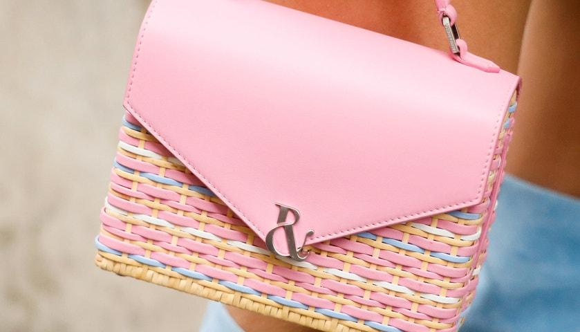 Letní miniaturizace: Trendy kabelky jsou malé a růžovo-korálové