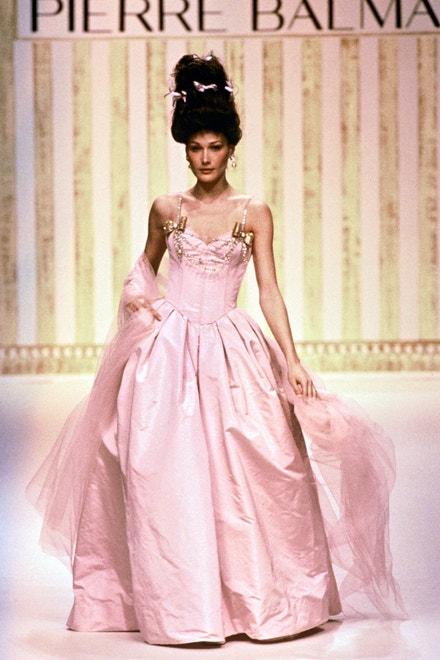 Carla Bruni, Balmain Haute Coutur jaro - léto 1994