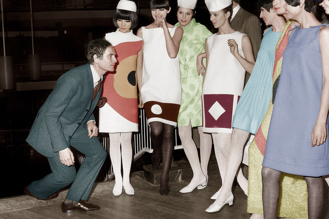 Pierr Cardin s Hiroko Matsumoto (po jeho levici) a dalšími modelkami v Londýně, 1966