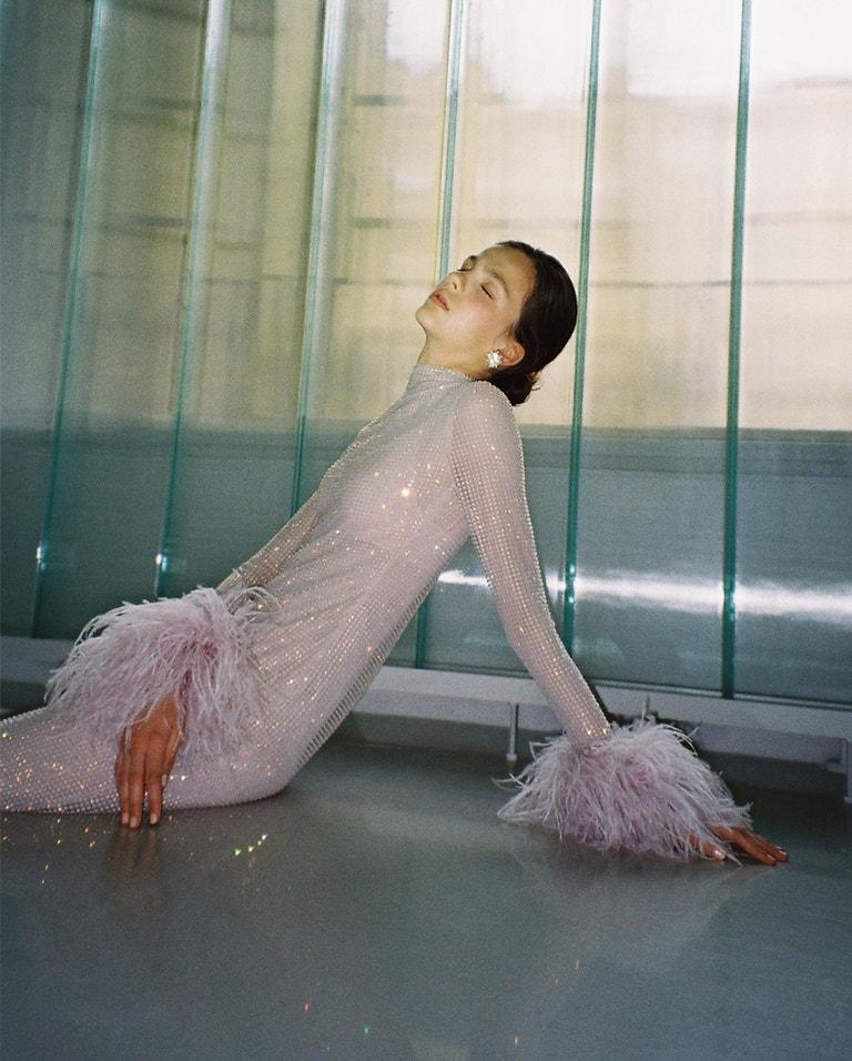 Dlouhé růžové šaty z křišťálové sítě Preciosa s rukávy lemovanými peřím Couture 2019, Zuzana Kubíčková x Preciosa; náušnice, Peet Dullaert