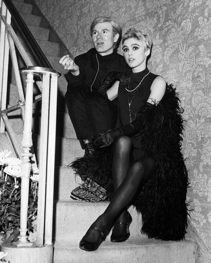 """Edie Sedgwick  Legendární """"dívka roku 1965"""" byla bohatá, nádherná a nesmírně ztrápená. Pro Warhola to byla (z uměleckého pohledu) láska na první pohled a série filmů, které společně natočili, patří k jeho nejpopulárnějším. Když se jejich cesty rozešly, žila v hotelu Chelsea a zapletla se s Bobem Dylanem, načež se vdala za muže, se kterým se potkala na psychiatrické klinice. V roce 1971 ve 28 letech zemřela, její transcendentální sláva coby nejpůsobivější ženy světa ale přetrvává. Autor: Getty Images"""