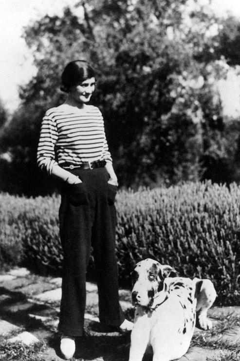 Coco Chanel v klasickém bretaňském proužku, který proslavila, doma na francouzské Riviéře se svým psem Gigotem, 1930