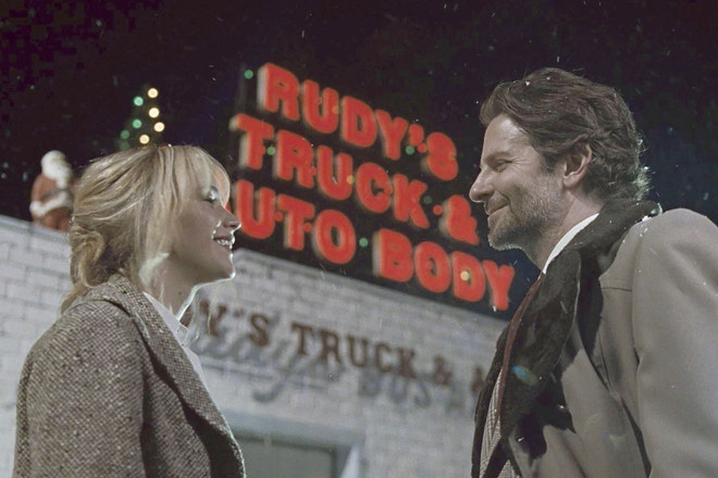 Jennifer Lawrence a Bradley Cooper ve filmu Joy, 2015