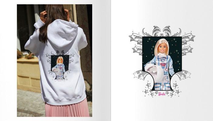 Od roku 1959 provází panenka Barbie dětství a dospívání dívek po celém světě, nyní je na trh uveden model Astronautka, jehož předlohou se stala Italka Samantha Cristoforetti, v současnosti jediná aktivní astronautka v Evropě. Vlastní panenkou jsou oceňovány výjimečné ženy, které svou prací inspirují následující generace. Jako příklad můžeme uvést naší Ester Ledeckou, která v sobě podle společnosti Mattel spojuje nesmírnou píli, vůli, odvahu bořit hranice a  touhu proměnit nemožné v realitu. Autor: Hana Knizova   @hana_knizova, autor projektu: Alexander Bel   @alexanderbelph