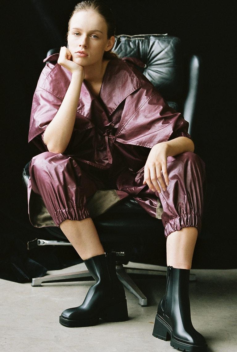 Aneta má na sobě šaty značky Petra Kubíková, boty Jenny Faity, prodává CCC, 899 Kč.