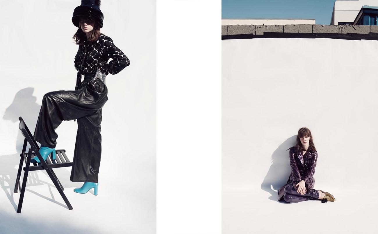 Vlevo: košile, Yves Saint Laurent (prodává Jofré); klobouk, Outsider Division; kalhoty, Ynes Suelves; rukavice, Prada; boty, Mango.  Vpravo: kabát, kalhoty, obojí Marc Jacobs (prodává Jofré); boty, Mila Milú.
