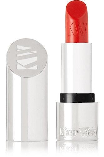 Červená rtěnka Kjaer Weis + Caroline Issa v odstínu Amour Rouge, Kjaer Weis (prodává Net-a-porter), 52 €
