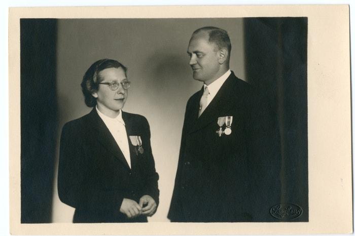 Milada a Bohuslav Horákovi se státními vyznamenáními za protinacistický odboj v roce 1946