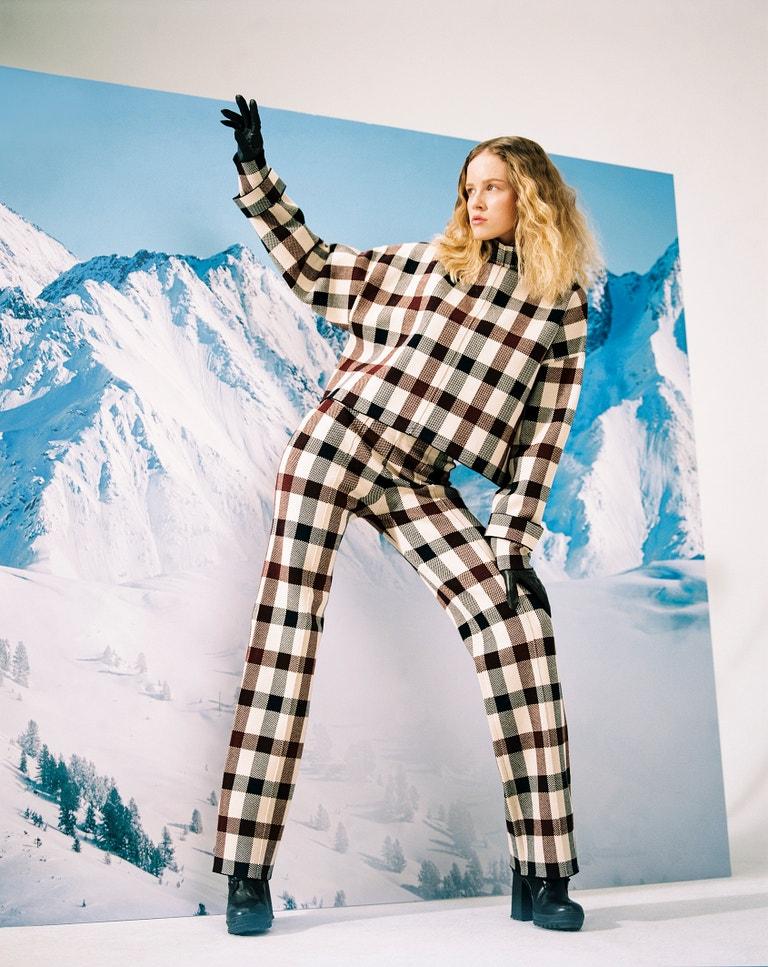 Rolák, Victoria Beckham, prodává Zalando, 8 400 Kč. Kalhoty, Victoria Beckham, prodává Zalando, 9 120 Kč. Rukavice, Barbour, prodává Zalando, 1 680 Kč. Boty, Karl Lagerfeld, prodává Zalando, 5 400 Kč.