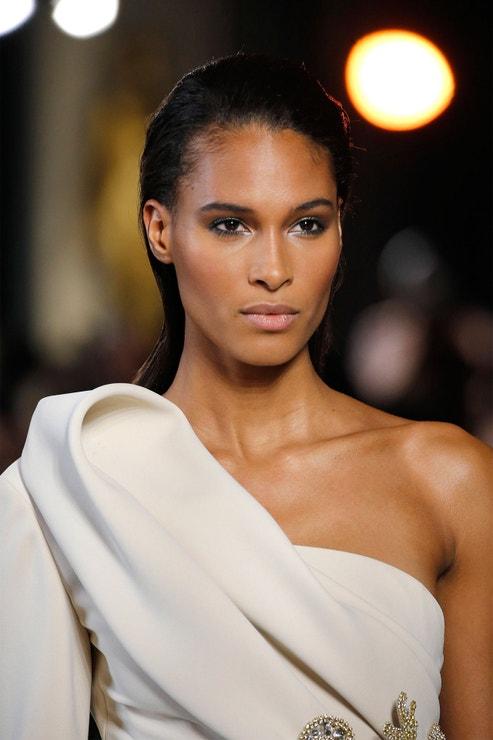 """""""Svěží, zářivá pleť je ideální pro svatební den a je také jedním z mých nejžádanějších make-up looků,"""" říká Charlotte Tilbury. Přehlídka Elie Saab SS19, Paris Fashion Week, leden 2019"""