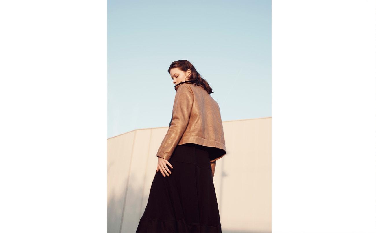 Bunda, šaty, obojí Pablo Erroz; sukně, Givenchy (prodává Jofré).