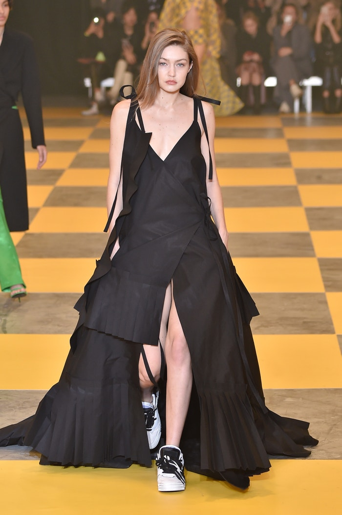 Gigi Hadid na přehlídce Off-White podzim - zima 2019/2020      Autor: Peter White/Getty Images