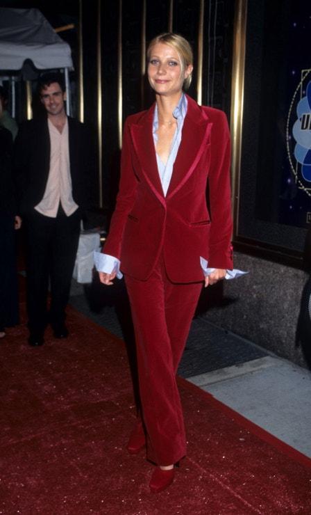 """Jen nerad používám výraz """"inspirace pánským šatníkem"""". Autora to katapultuje někam, kam nechce. Ale není tento look Gucci na Gwyneth Paltrow inspirací pánským šatníkem ve své nejlepší podobě? Ten červený samet a ta velká košile s rukávy ohrnutými přes rukávy saka… Mhmm. (1996)"""