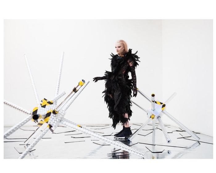 Šaty, Andrea Kronthaler for Vivienne Westwood; rukavice, Giselle Renee; boty, Ash.