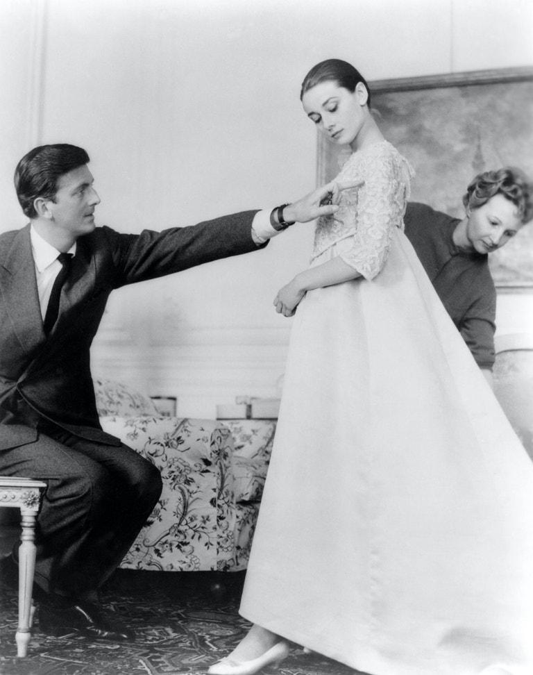 Audrey Hepburn a Hubert de Givenchy v jeho pařížském ateliéru