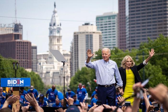 Joe Biden a jeho žena Jill Biden na shromáždění 18. května 2019 ve Philadelphii v Pensylvánii