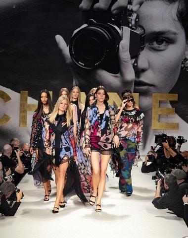 Nové sexy osmdesátky. Kolekce Chanel na jaro 2022 oslavuje návrat do budoucnosti