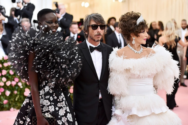 Adut Akech, Pierpaolo Piccioli a Joan Collins na Met Gala 2019, téma Camp: Notes on Fashion, Metropolitní muzeum v New Yorku, květen 2019