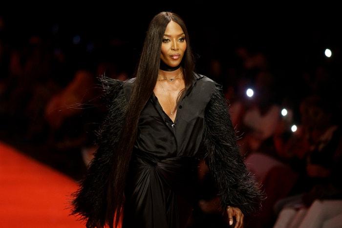 Naomi Cambpell šatech návrhářky Tiffani Amber na fashion weeku v Nigérii
