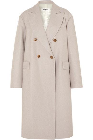 Vlněný krémový kabát, MM6 Maison Margiela, prodává Net-a-Porter, 1 050 € Autor: Archiv značky