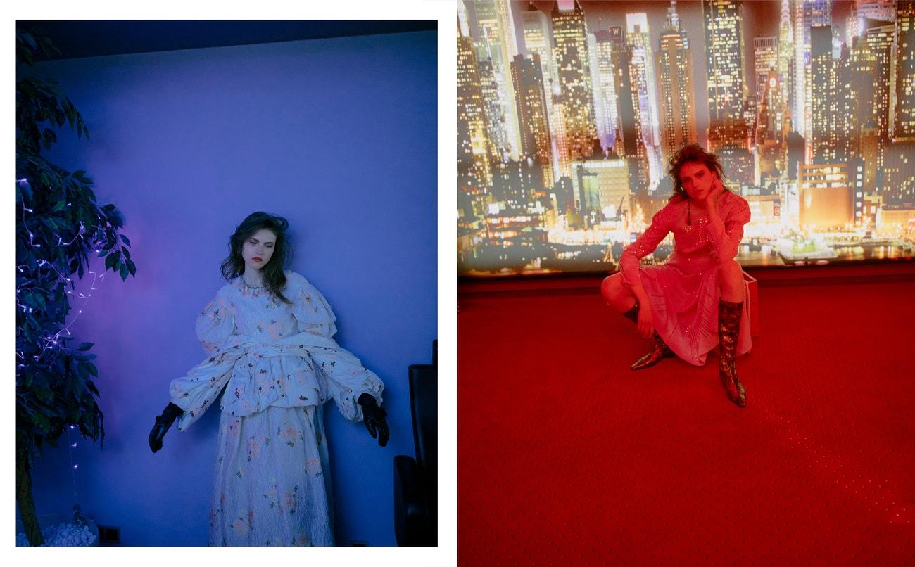 Vlevo: šaty, rukavice, obojí Moncler 4 Simone Rocha.  Vpravo: šaty, Lado Bokuchava; boty, náušnice, Chanel.