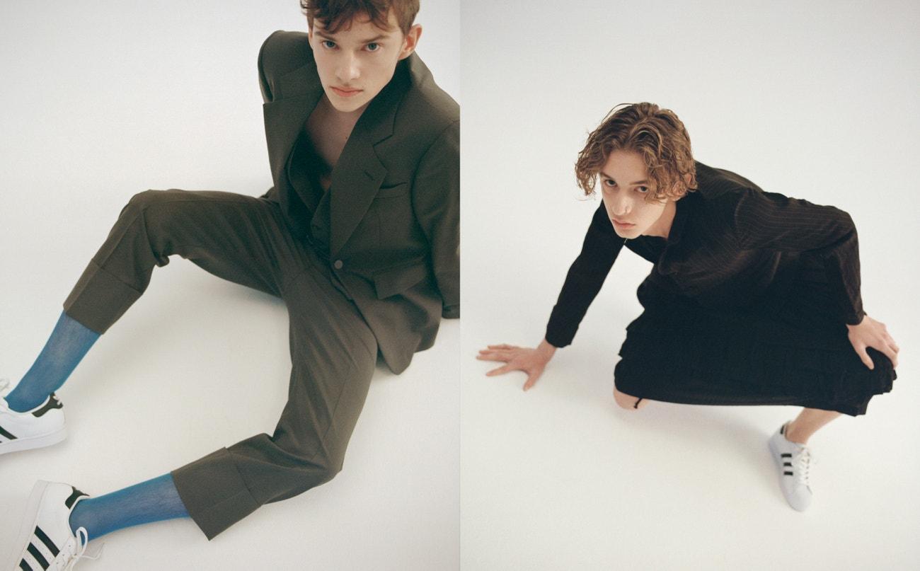 Vlevo: kalhoty sako, obojí Vivienne Westwood (prodává The Store); punčochy, Wolford; tenisky, adidas Superstar.  Vpravo: sukně, sako, obojí Comme des Garçons (prodává The Store); tenisky, adidas Superstar.