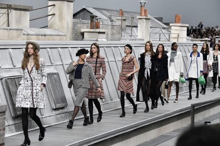 Marie Benoliel (druhá zleva) na přehlídce Chanel na pařížském fashion weeku, 1. 10 . 2019 Autor: Getty Images