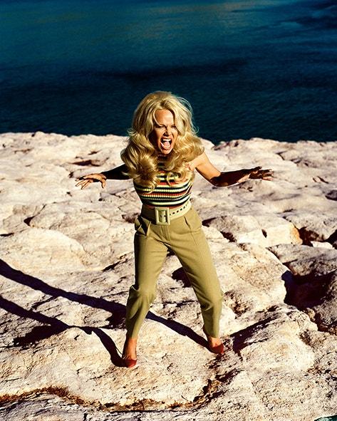 Pamela Anderson jako superhrdinka na obálce Vogue CS