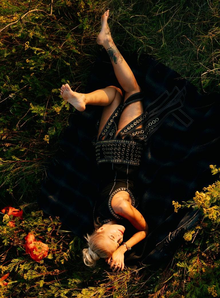 Dara Rolins (zpěvačka); šaty, HYUN MI NIELSEN; deka, DIOR.