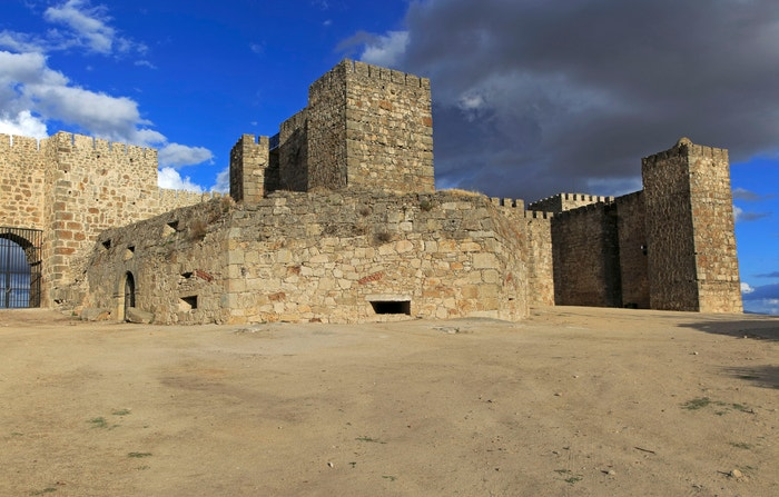 Hrad Trujillo, Cáceres, Španělsko: V sedmé řadě poprvé vidíme rodové sídlo Lannisterů, Casterlyovu skálu. Trujillo, středověký hrad, jehož zdi pamatují několik bitev mezi muslimy a křesťany, je dokonalým místem pro zdánlivě nedobytnou pevnost. Podívejte se do jeho kamenných věží a projděte se podél cimbuří, kde Šedý červ a Neposkvrnění bojovali s Lannistery. Autor: Geography Photos/UIG via Getty Images
