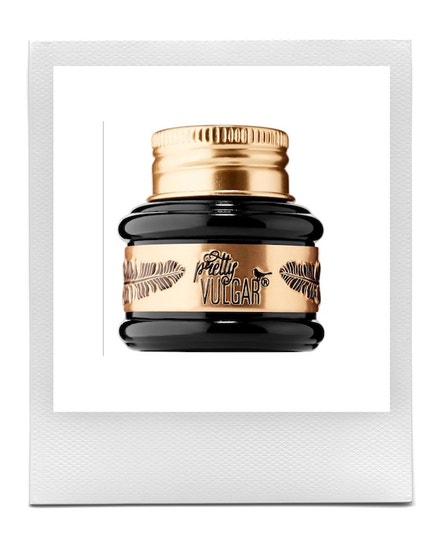 Gelové oční linky The Ink Gel Eyeliner v odstínu Black List, PRETTY VULGAR, prodává Douglas, 679 Kč
