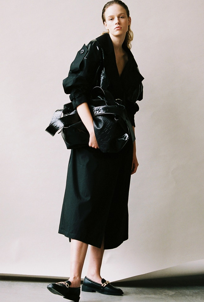Aneta má na sobě kabát a kabelku, vše Pavol Dendis, polobotky Jenny Fairy, prodává CCC, 899 Kč