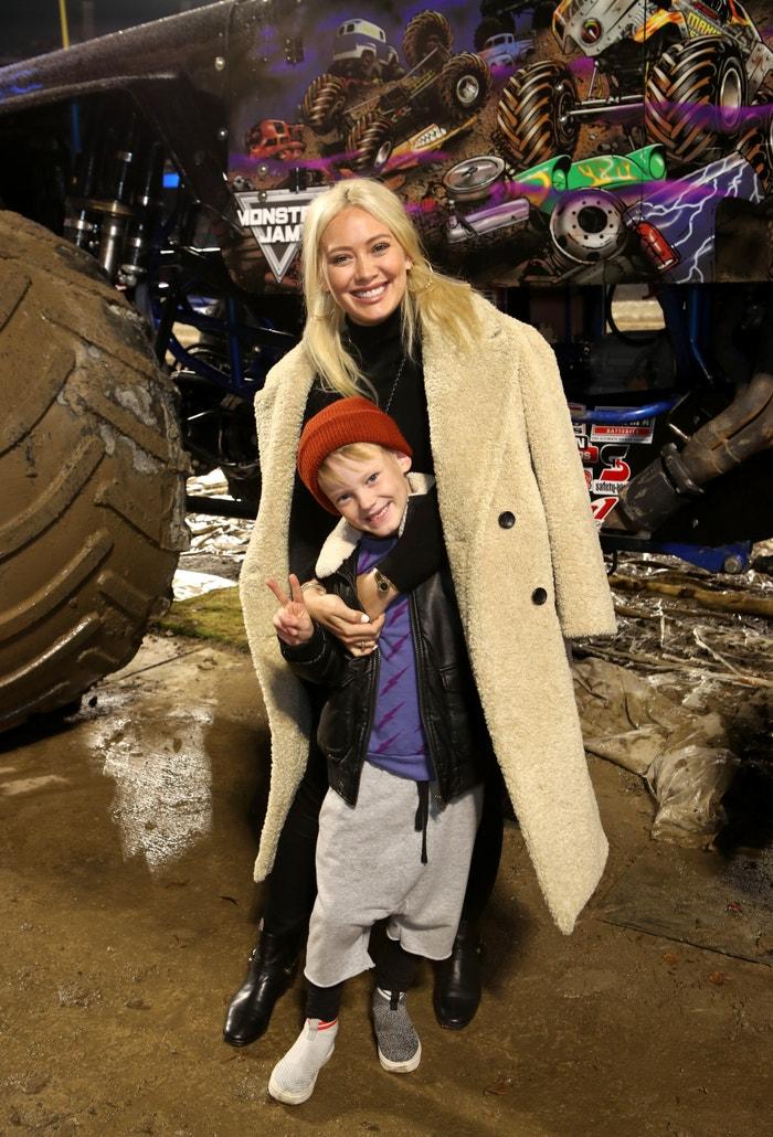 Hilary Duff je bezpochyby máma, která dává svobodu. A syn Luca (7) tak může nosit cokoliv, což je znát i na tomto outfitu. Veselé, uvolněné, prostě roztomile dětské. Autor: Getty Images