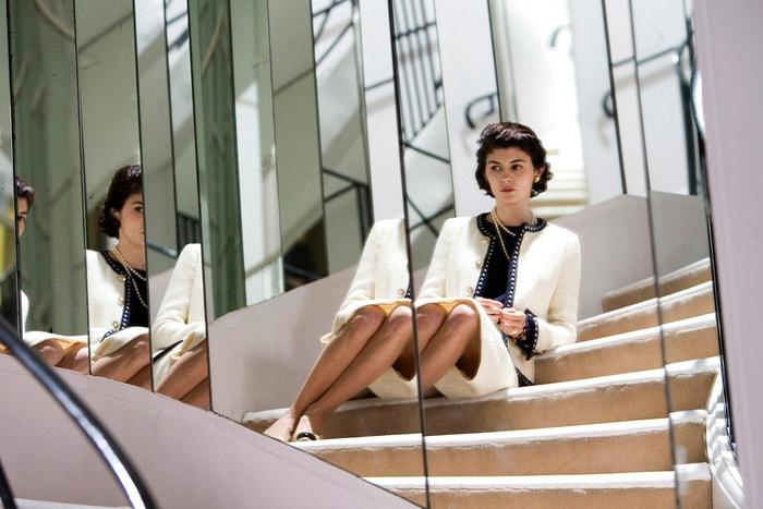 Coco Chanel (Coco avant Chanel/2009): Od dětství v internátní škole až po první krejčovské zkušenosti v Paříži a zrod vlastního módního domu, životopisný film od Anne Fontaine podrobně představuje neuvěřitelný život Gabrielle Chanel, která se do své práce vrhá stejně vášnivě jako prožívá milostné eskapády. Audrey Tautou elegantně ztělesňuje Mademoiselle, která osvobodila ženy elegantním a přitom jednoduchým oblečením. Francouzská režisérka se rozhodla zaměřit na život návrhářky ještě před tím, než se proslavila (odtud originální název filmu), ve snaze lépe porozumět ženě pod maskou ikony módy. Ukazuje zraněnou ženu, poznamenanou těžkým dětstvím a tragickými milostnými příběhy. Elegantní a dojemný film, který konečně zobrazuje skutečnou Coco. Autor: Alamy Stock Photo