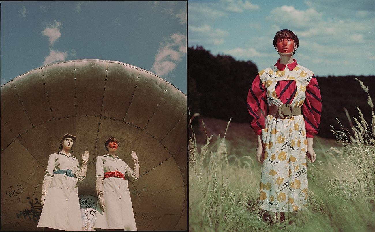 Vlevo: šaty, ODEVA; kožené rukavičky, Kostýmový archív STV; červený a modrý opasok, Kostýmový archív STV.  Vpravo: červeno-čierna blúzka, OZETA; zástera, Kostýmový archív STV; opasok, Kostýmový archív STV.