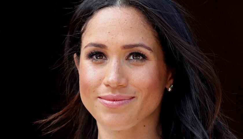 Meghan na první obálku s Harrym zvolila symbolickou bílou a šperky princezny Diany