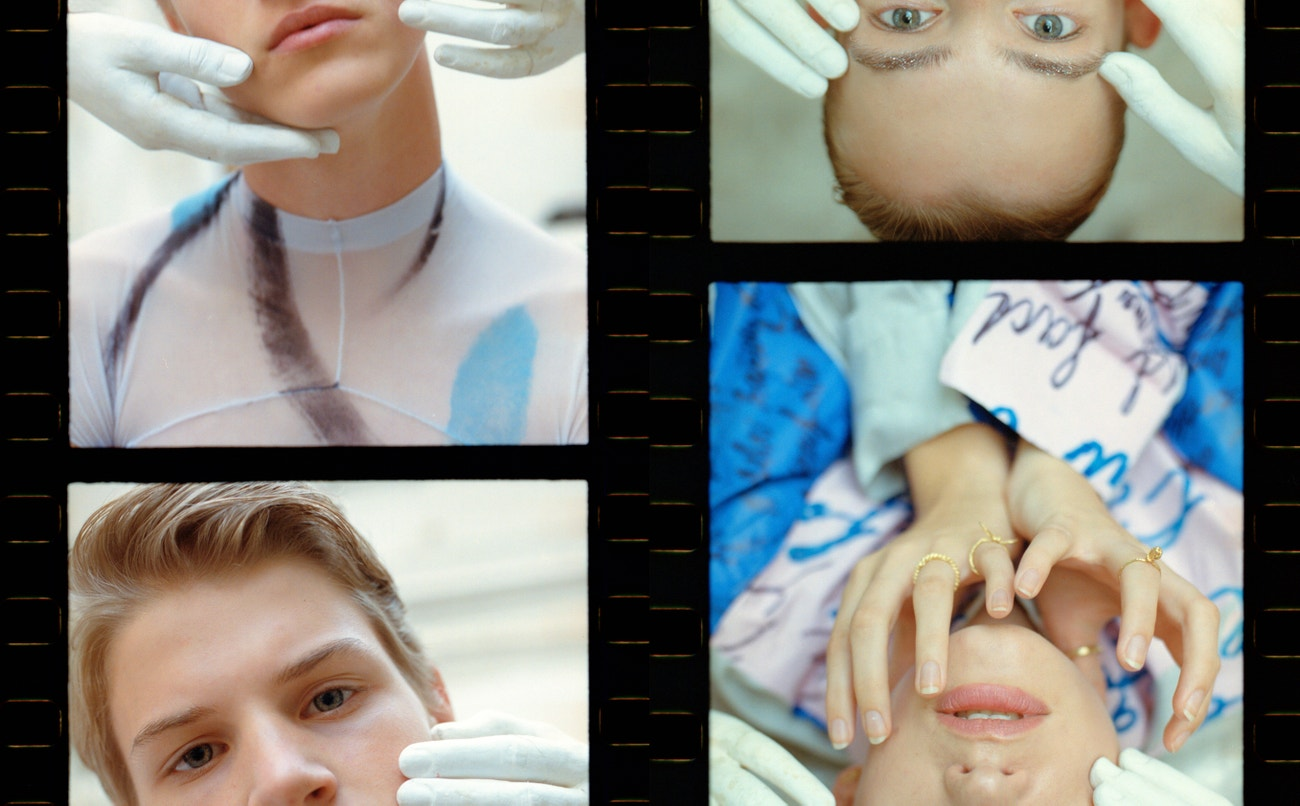 Vlevo. Sebastian: top, Mikuláš Brukner.  Vpravo. Veronika: košile, Jakub Polanka; prsteny Hana Polívková.