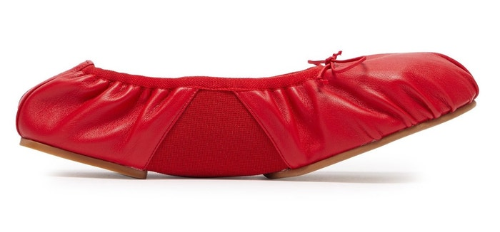 Červené kožené balerínky Betty, Acne Studios, prodává Matchesfashion, 370 €