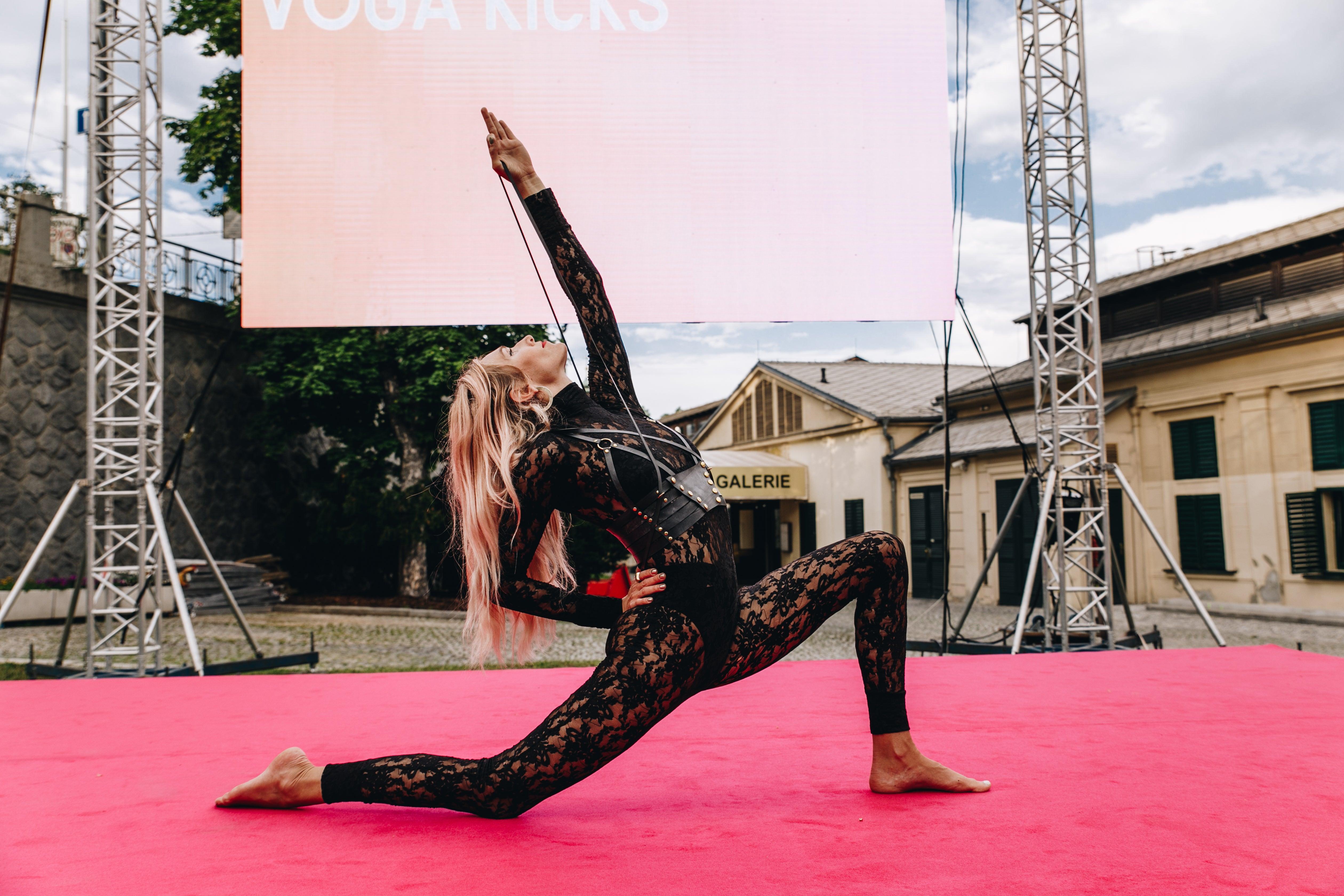 Juliet Murrell a její workout fitness opasek ke cvičení vogy, Občanská plovárna, červen 2019 Autor: Ivan Kašša