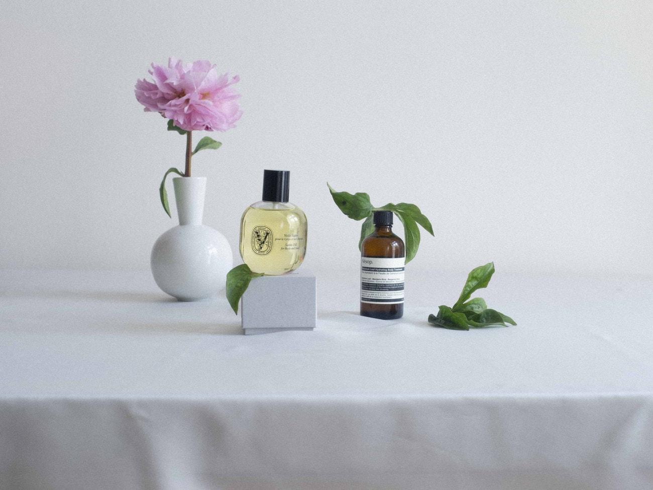 Tělový olej Satin Oil, DIPTYQUE, prodává Ingredients, 1250 Kč; tělový olej Geranium Leaf Body Treatment, AESOP, prodává Ingredients, 750 Kč