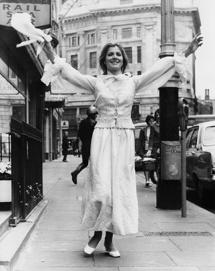 Svatební šaty Dior by Marc Bohan, 1970     Autor: Frank Barrett/Keystone/Hulton Archive/Getty Images