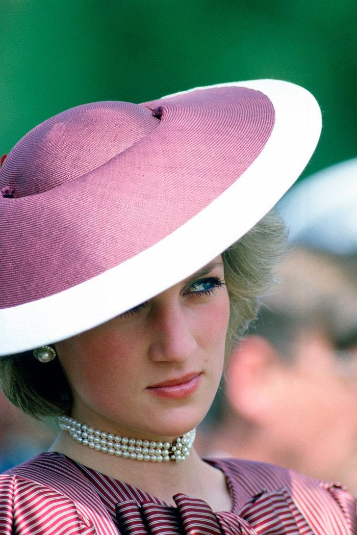 Perlový choker, který Diana dostala k 18. narozeninám. Ve stejném duchu redesignovala a pozměňovala svoje šperky, například když použila diamanty z řemínku od hodinek jako náušnice nebo když udělala z prstenu přívěšek na náhrdelníku. Jeden z jejích šperků, náhrdelník ze sedmi pramínků perel se safírem a diamantovým přívěškem, byl vyrobený z brože, kterou původně dostala od královny matky. Princ Harry pokračoval v matčině tradici a použil diamanty z přívěšku k výrobě zásnubního prstenu pro vévodkyni ze Sussexu. V současnosti většina z Dianiných šperků žije druhý život v rukou jejích snach, včetně jejího 12karátového safírového zásnubního prstenu, který dostala vévodkyně z Cambridge.