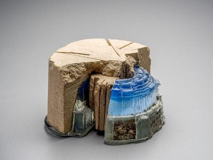Pavel Homolka: Babylonská věž, 1988, na huti lité sklo, pěnový beton