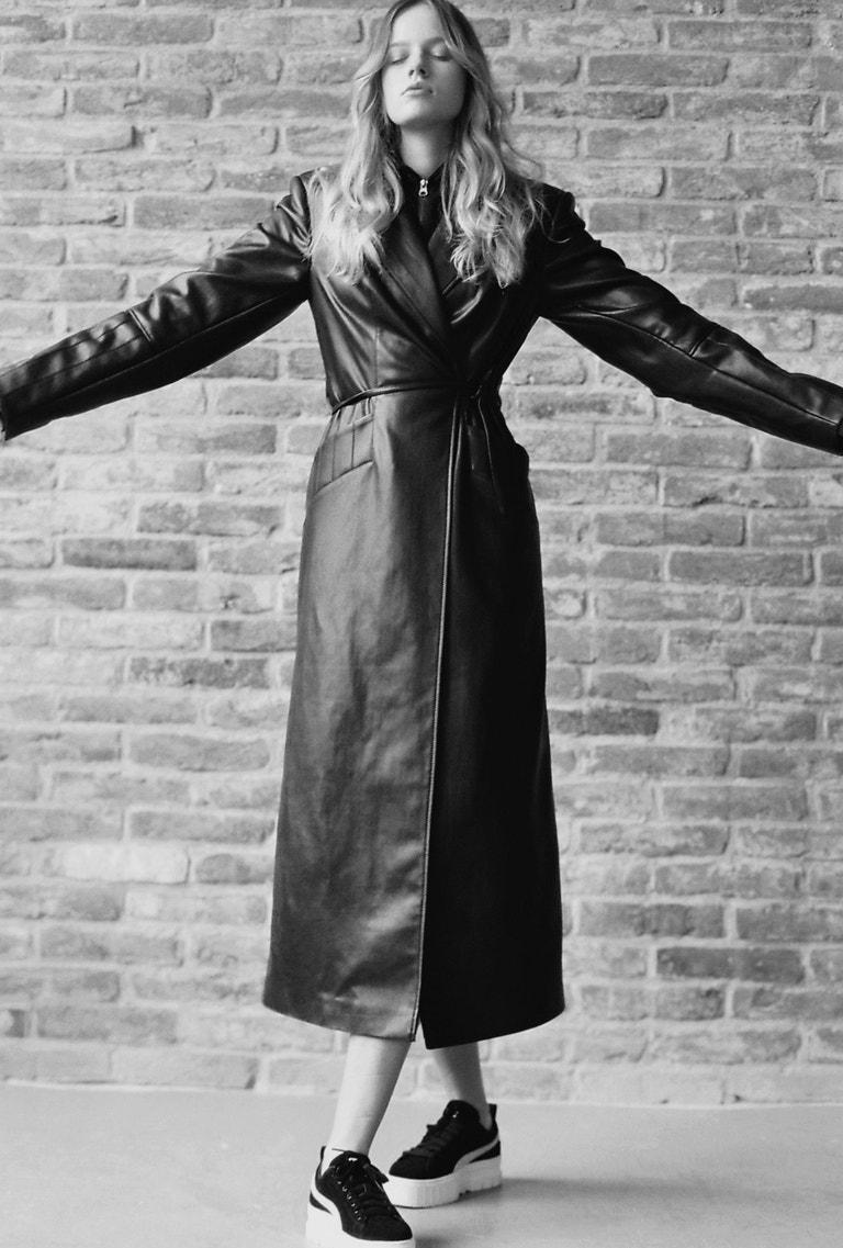 Aneta má na sobě kožený kabát značky LAFORMELA, tenisky Puma Mayze, prodává Queens, 2 599 Kč.