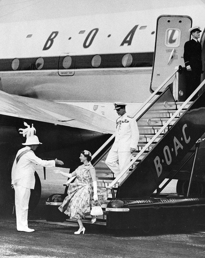Lekce stylu ve vzduchu na jedné fotografii. Rok 1951, tehdejší princezna Alžběta a vévoda z Edinburghu podnikli svůj první zaoceánský let z Londýna do Montrealu na palubě letounu Boeing Stratocruiser provozovaného společností BOAC, předchůdkyní British Airways.