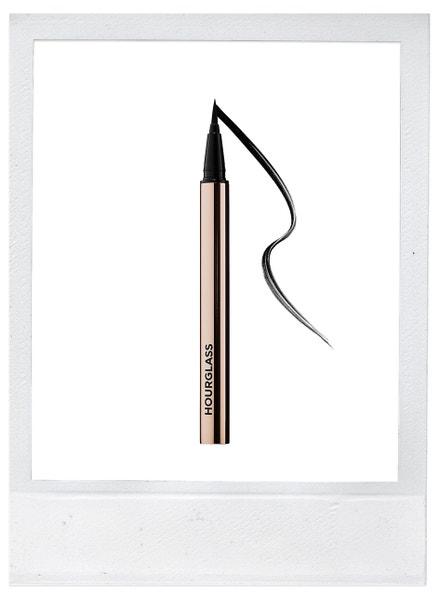 Černé linky na oči Voyeur Waterproof Liquid Liner, Hourglass, prodává Sephora, 920 Kč
