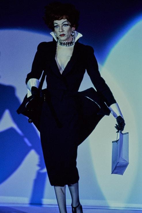 Thierry Mugler SS92: V hlavní roli drag queen Lypsinka a její nezapomenutelné vystoupení. Jeden z prvních z příkladů, kdy se módní svět nechal inspirovat drag kulturou.