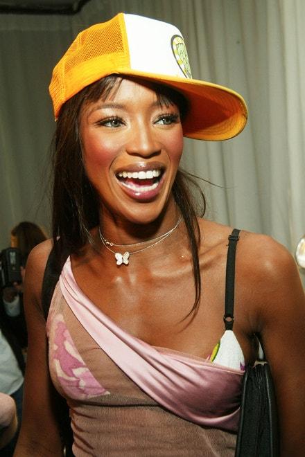 Naomi Campbell, zákulisí módní přehlídky Victoria's Secret, New York, 2002